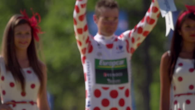 thomas voeckler on the podium on the champs elysees on stage 20 of 2012 tour de france - ツール・ド・フランス点の映像素材/bロール