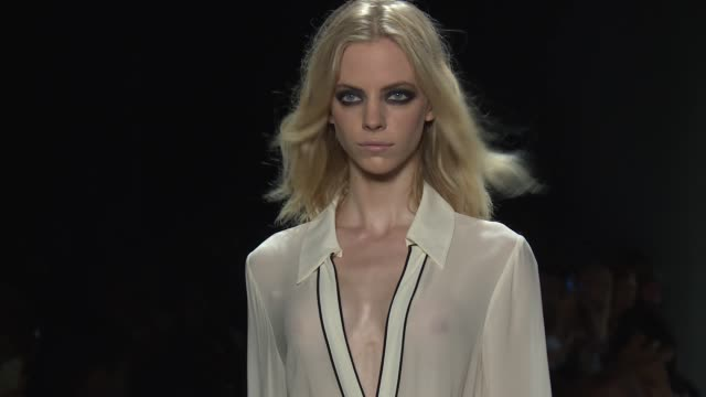 stockvideo's en b-roll-footage met clean thomas wylde new york fashion week s/s 2016 at the dock skylight at moynihan station on september 16 2015 in new york city - thomas wylde