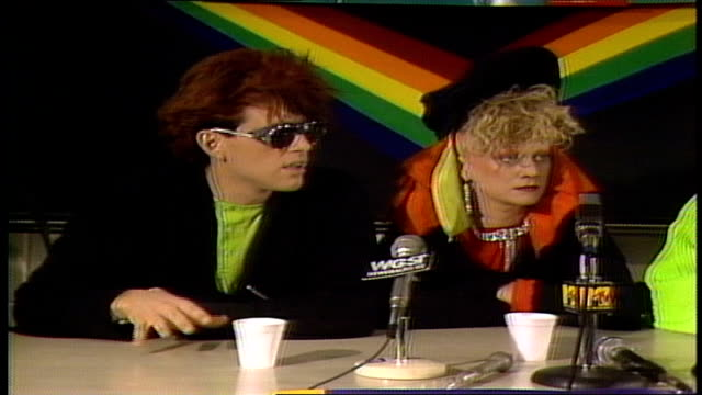 Thompson Twins talking about the advantage of a three member band