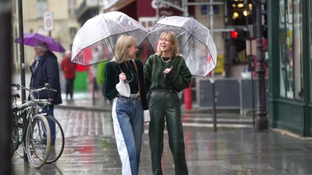 vídeos y material grabado en eventos de stock de thora valdimars and jeanette madsen are seen, during paris fashion week - womenswear fall/winter 2020/2021, on march 01, 2020 in paris, france. - paraguas