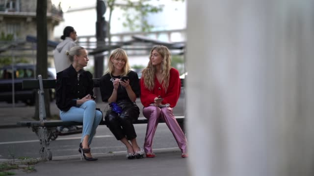 thora valdimars, jeanette madsen and emili sindlev are seen, outside alessandra rich, during paris fashion week - womenswear spring summer 2020 on... - stol bildbanksvideor och videomaterial från bakom kulisserna
