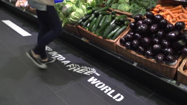 vídeos de stock e filmes b-roll de thornton's budgens supermarket cutting down on plastic packaging - vendas