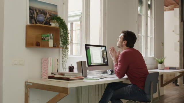 體貼的商人使用電腦在辦公桌上 - 僅一男人 個影片檔及 b 捲影像