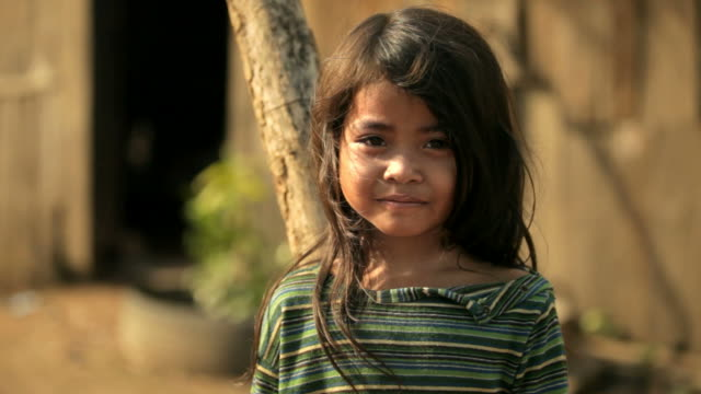 pensierosa bambina in cambogia - povertà video stock e b–roll