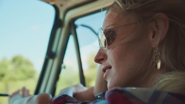 vídeos de stock, filmes e b-roll de mulher pensativa que viaja na camionete durante férias - óculos escuros acessório ocular