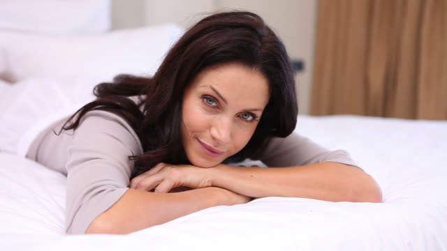 thoughtful woman lying on her bed - einzelne frau über 30 stock-videos und b-roll-filmmaterial