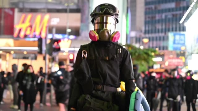 vídeos y material grabado en eventos de stock de thounsands of protesters march through the streets hong kong in a forceful display of support for the movement as it marks six months with organisers... - manifestante