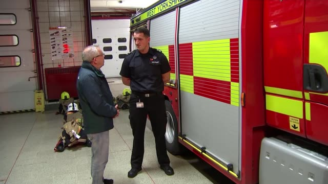 vidéos et rushes de a thousand attacks against fire crews occurred across england and wales last year england west yorkshire int steven o'keefe interview with reporter... - équipage de bateau