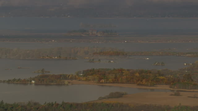 thousand islands near singer castle - lago superiore video stock e b–roll