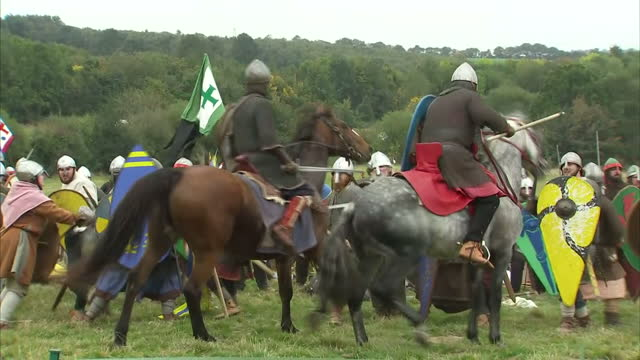 thousand people have taken part in a huge reenactment of the battle of hastings to mark its 950th anniversary the fight in 1066 saw william of... - battle of hastings stock videos & royalty-free footage