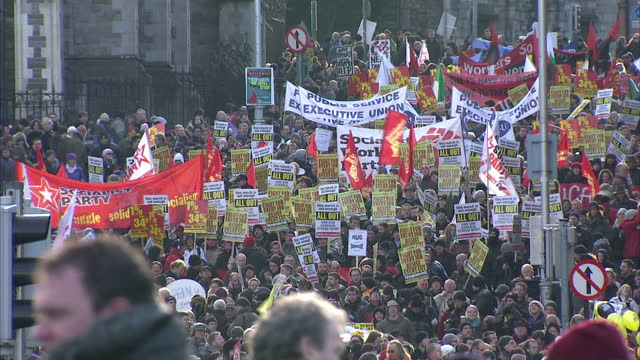 50 thousand people took to the streets of dublin in protest at the governments handling of the economic crisis in ireland it's the biggest... - ユーロ圏債務危機点の映像素材/bロール
