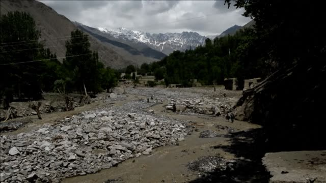 stockvideo's en b-roll-footage met thousands are still displaced after flash floods washed away hundreds of homes in afghanistan - goede staat