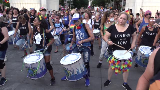 thousands arrive at washington square park with the fogo azul drummers, ending the 29th annual dyke march celebrating lgbtq pride on june 26 in new... - azul stock videos & royalty-free footage