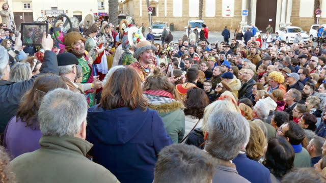 vidéos et rushes de thousands arrive to cadiz for the annual carnival celebration, said to be the world's second largest only to that in rio. unique to cadiz, hundreds... - satire