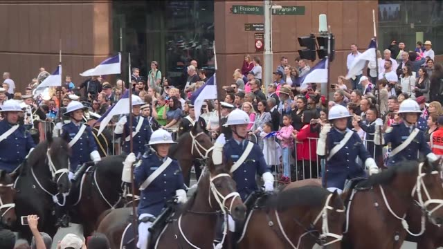 thousands attend the anzac day parade in sydney to commemorate the gallipoli landing and to honour australian and new zealand soldiers in conflict... - anzac day stock videos & royalty-free footage