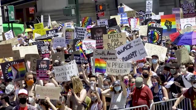 vidéos et rushes de thousands gathered for the 'queer liberation march for black lives and against police brutality' in manhattan, new york city. the march began at... - défiler