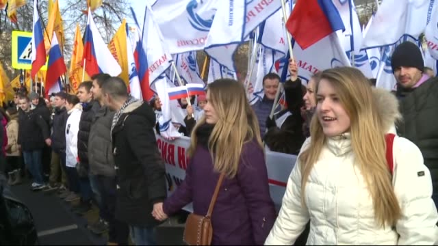 vídeos de stock e filmes b-roll de thousands gathering at moscow's pushkin square take part in anti-maidan protest on february 21 against uprising in ukraine and europe's santions... - ucrânia bandeira