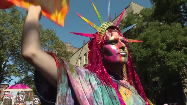 thousands march ahead of the world pride parade in new york city in a rival march without corporate floats or police involvement aimed at reclaiming... - festivalsflotte bildbanksvideor och videomaterial från bakom kulisserna