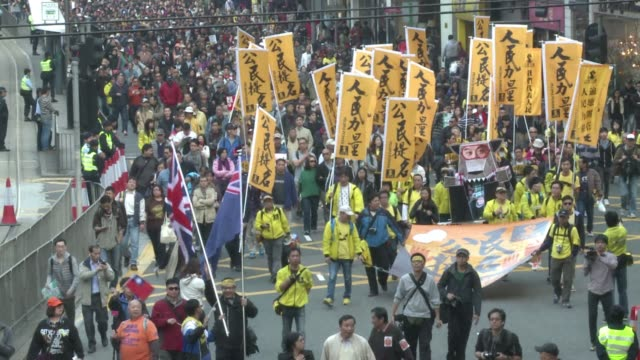 thousands march in hong kong to demand a greater say in how their future leaders will be chosen expressing fears that china will limit long awaited... - fordern stock-videos und b-roll-filmmaterial