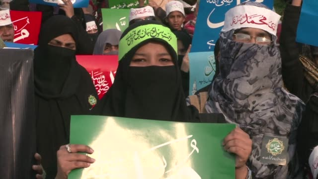vídeos de stock, filmes e b-roll de thousands marched in several pakistani cities on sunday against the publication of prophet mohammed cartoons by french satirical magazine charlie... - sátira