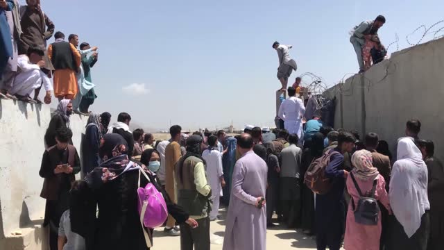 vídeos y material grabado en eventos de stock de thousands of afghans and other travelers try to flee the country from the hamid karzai international airport, in kabul, afghanistan, on august 16,... - kabul