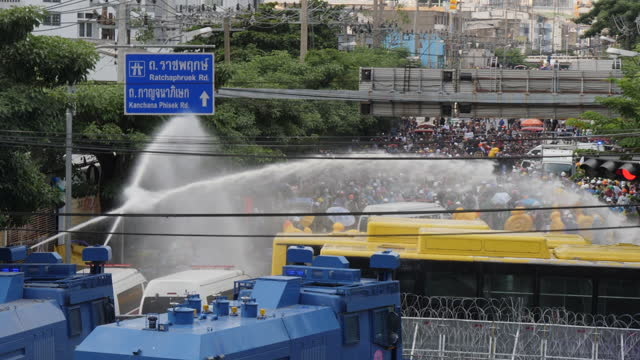 thousands of antigovernment protesters clash with police attacking barriers and getting shot with water cannon near the parliament building.... - 水生生物 個影片檔及 b 捲影像