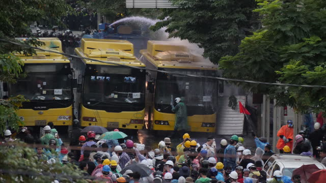 vídeos de stock e filmes b-roll de thousands of antigovernment protesters clash with police attacking barriers and getting shot with water cannon near the parliament building.... - organismo aquático
