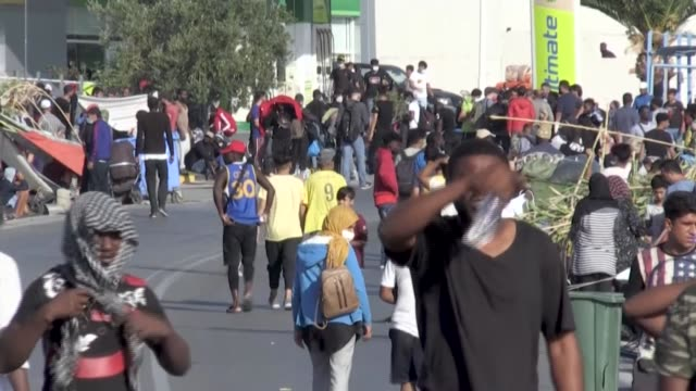 thousands of asylum seekers line the streets leading to mytilini, the main town on the greek island of lesbos, having spent a third night sleeping in... - grecia stato video stock e b–roll