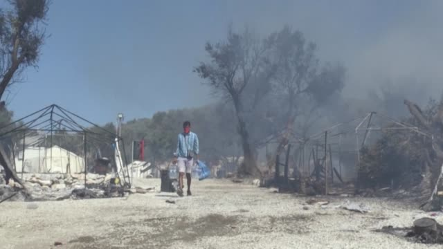 thousands of asylum seekers on the greek island of lesbos are left without shelter after the country's largest camp burnt down, with officials racing... - grecia stato video stock e b–roll