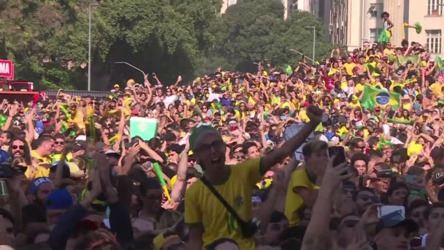 vídeos de stock, filmes e b-roll de thousands of brazil fans celebrate after watching their team's world cup knockout victory over mexico - russia
