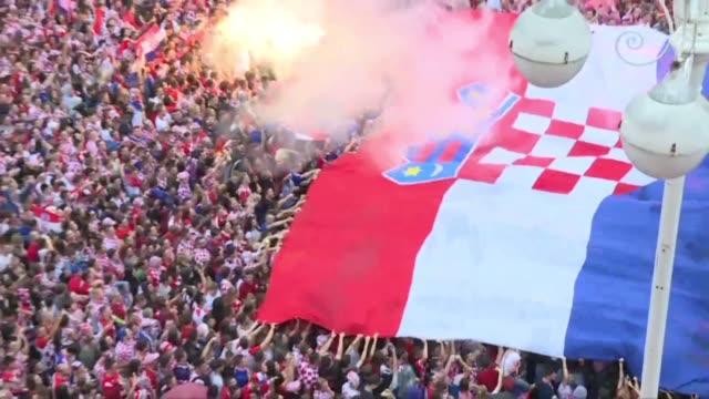 vídeos y material grabado en eventos de stock de thousands of croatia fans gather in zagreb to support croatia against england in the semi finals of the wc 2018 - ronda de semifinales