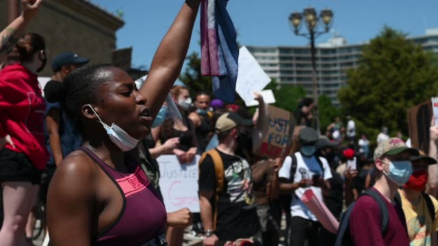 vidéos et rushes de thousands of demonstrators fill the rocky steps during a black lives matter protest in the aftermath of the death of george floyd in philadelphia pa... - philadelphie