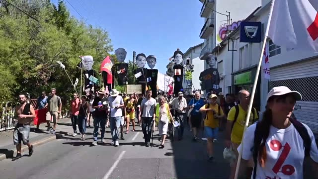 vídeos de stock, filmes e b-roll de thousands of demonstrators march to protest against the annual g7 summit 30 kilometres south of the g7 gathering in biarritz on august 24 2019 in... - biarritz