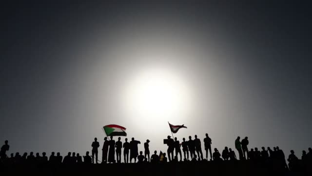 vídeos de stock, filmes e b-roll de thousands of demonstrators protest outside the army headquarters in khartoum on may 02 2019 to demand sudan's ruling military transitional council... - sudão