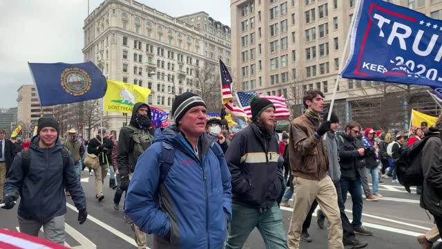 """vídeos de stock e filmes b-roll de thousands of donald trump supporters storm the united states capitol building following a """"stop the steal"""" rally on january 06, 2021 in washington,... - capitólio capitol hill"""