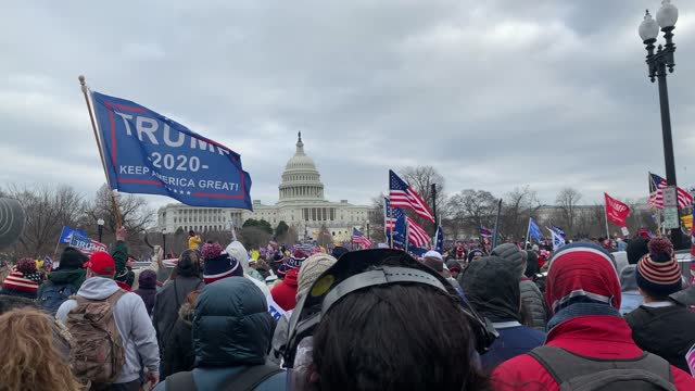 """vidéos et rushes de thousands of donald trump supporters storm the united states capitol building following a """"stop the steal"""" rally on january 06, 2021 in washington,... - le capitole"""
