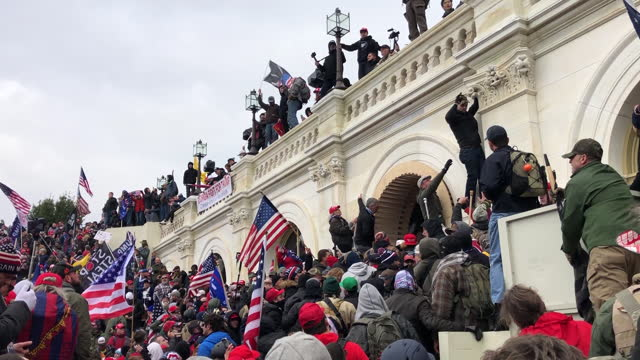 """vídeos de stock e filmes b-roll de thousands of donald trump supporters storm the united states capitol building following a """"stop the steal"""" rally. flashbang grenades and chemical... - capitólio capitol hill"""