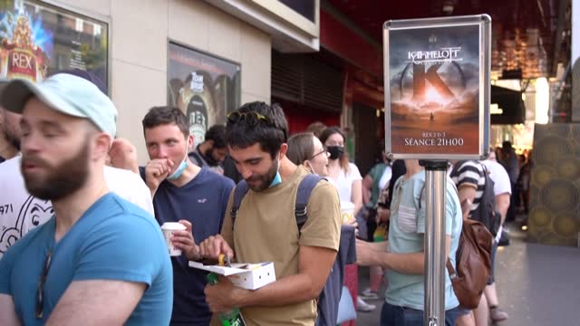 """FRA: After a 10-year wait, French fans queue to see """"Kaamelott"""" at the cinema"""