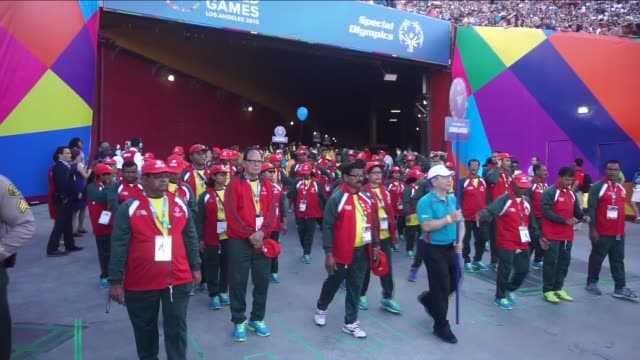 vidéos et rushes de thousands of fans attend special olympics world games 2015 opening ceremony at los angeles memorial coliseum on 26 july 2015 thousands of athletes... - cérémonie