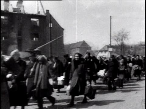 vídeos y material grabado en eventos de stock de thousands of german refugees fleeing the baltic seaport city of konigsberg (now kaliningrad; people with belongings; women pushing prams through war... - 1945