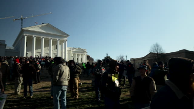 thousands of gun rights advocates attend a rally organized by the virginia citizens defense league on capitol square near the state capital building... - virginia stato usa video stock e b–roll