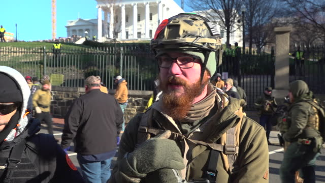 thousands of gun rights advocates gathered for a rally in the capital of the us state of virginia today. they included white supremacists and members... - arma da fuoco video stock e b–roll