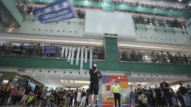 vídeos y material grabado en eventos de stock de thousands of hong kongers sing a popular protest anthem and chanted slogans across the city as they mark the one year anniversary of major clashes... - manifestante