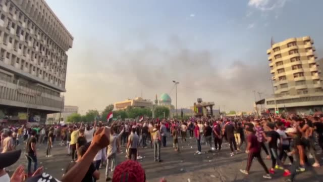 vídeos y material grabado en eventos de stock de thousands of iraqis take to the streets in baghdad on the second day of protest against the government's failure to improve living standards and... - munición