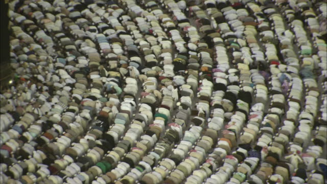 thousands of islams gather around the kaaba to pray in mecca. - pregare video stock e b–roll