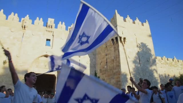 stockvideo's en b-roll-footage met thousands of israelis march through east jerusalem's old city to commemorate 50 years since the jewish state seized control of it in the sixday war - oost jeruzalem