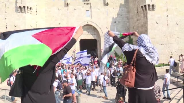 thousands of israelis marched through east jerusalem's old city on wednesday to commemorate 50 years since the jewish state seized control of it in... - conflitti arabo israeliani video stock e b–roll