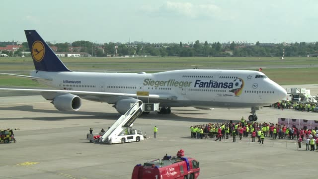 vídeos y material grabado en eventos de stock de thousands of jubilant fans gathered at berlins tegel airport to cheer the world cup winners bringing home footballs top prize for the first time to a... - campeonato mundial deportivo