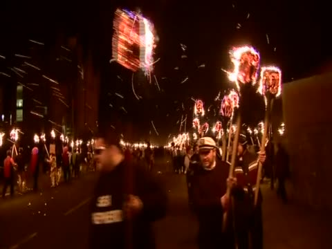 vídeos de stock, filmes e b-roll de thousands of men wearing costumes parade carrying flaming torches for the up helly aa festival - festival tradicional
