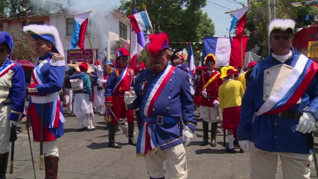 thousands of mexicans dress up to commemorate the battle of puebla in which the mexico defeated the french army in 1862 - esercito militare francese video stock e b–roll